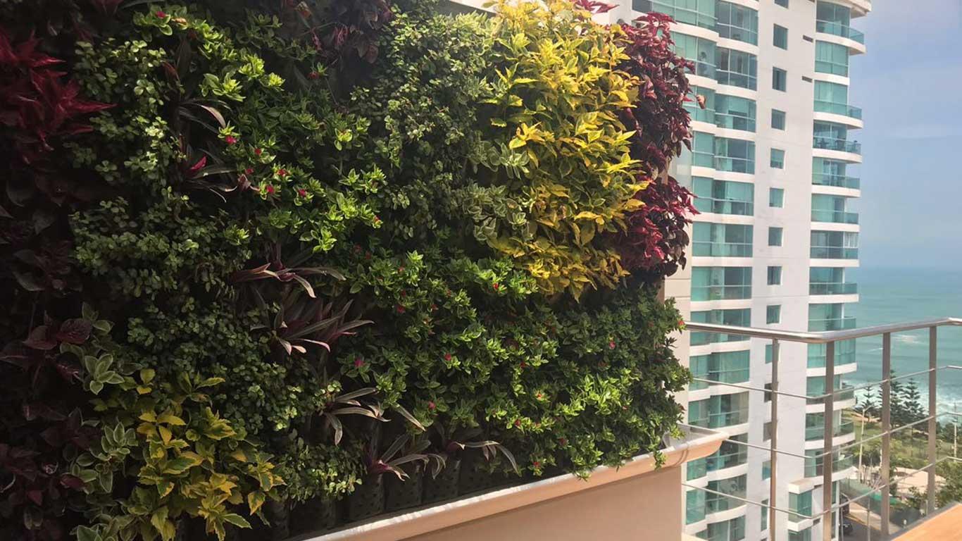Jard n vertical con estructura de madera miraflores - Estructura jardin vertical ...